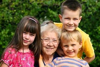 Seniorin und drei Kinder